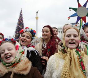 Главными блюдами на украинский Святой вечер являются кутя – пшеничная или рисовая каша с медом, маком и изюмом, и узвар – компот из сухофруктов.